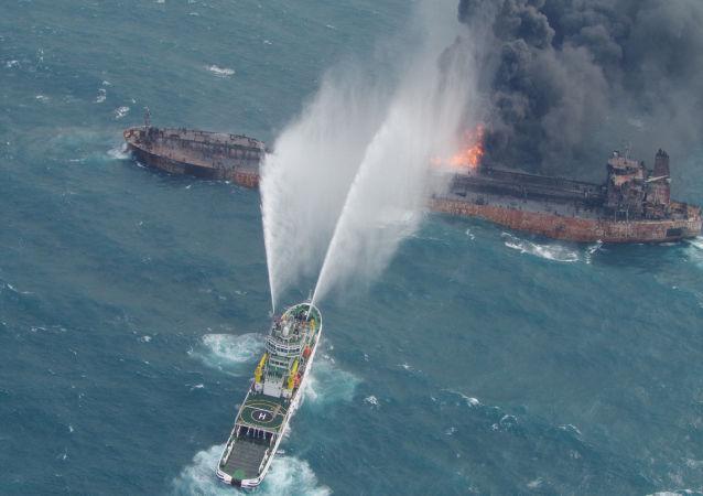 Incendio sulla petroliera iraniana Sanchi (foto d'archivio)