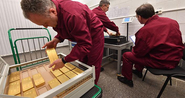 Gli incaricati di pesare i lingotti d'oro conservati nelle riserve della Banca Centrale Russa