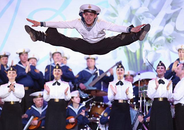 Un cadetto del corpo di ballo della Marina militare russa