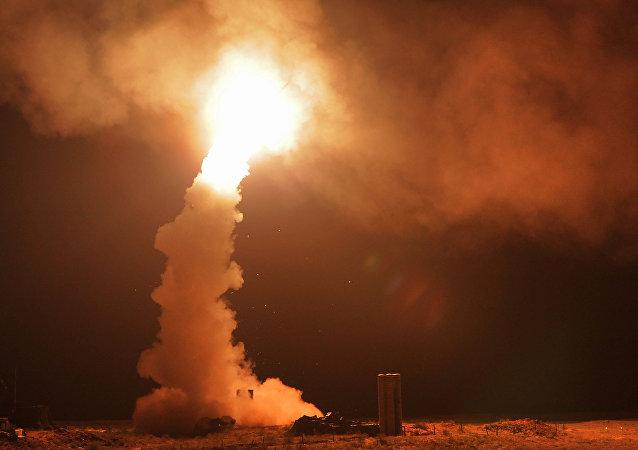 Il lancio di un S-400 di notte