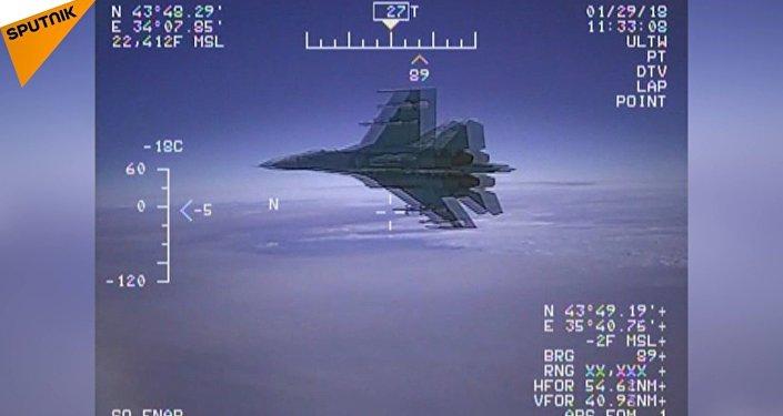L'intercettazione dell'aereo americano EP-3 Aries da parte del jet Su-27 russo