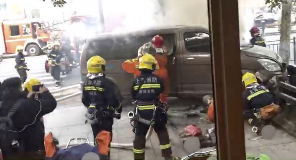 Un furgone è piombato contro una folla di pedoni fuori da un caffè Starbucks a Shanghai
