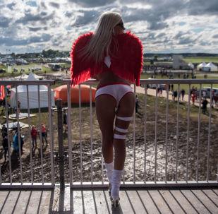 Una ragazza al festival di musica elettronica Alfa Future People
