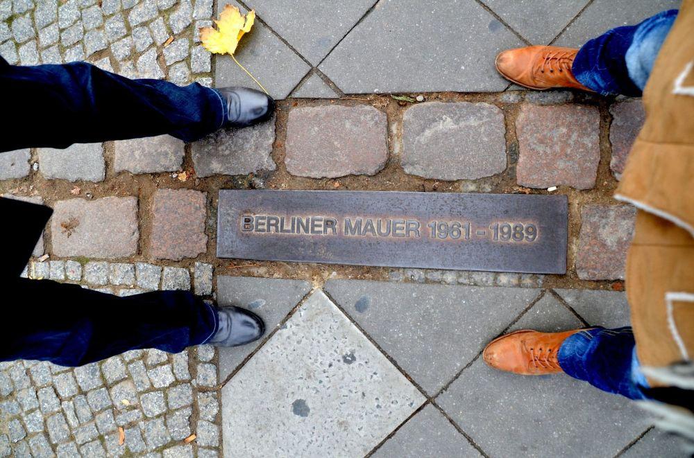 Una targa commemorativa al posto del Muro di Berlino.