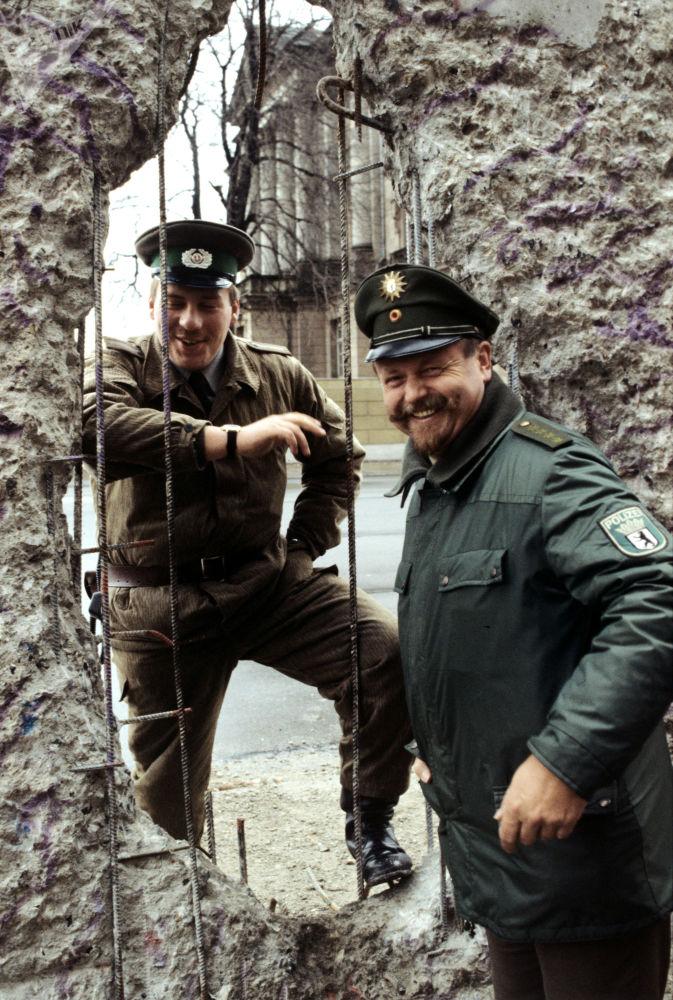 Guardia di frontiera della Germania Est e della Germania Ovest vicino al Muro di Berlino. (1990)