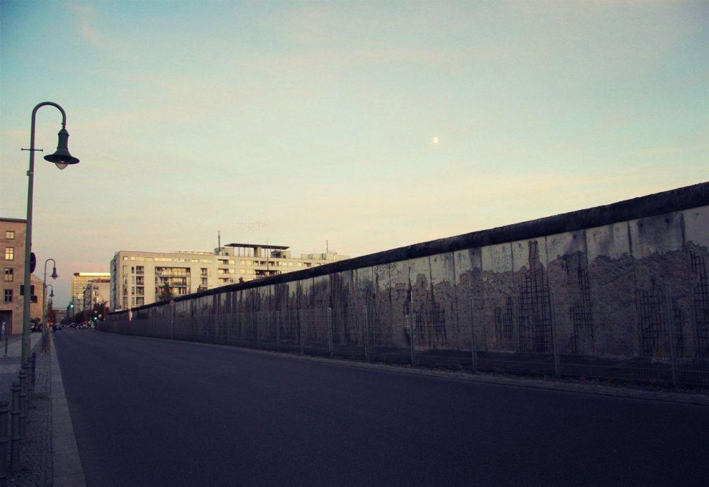 La veduta di oggi di una parte del Muro di Berlino nel centro di Berlino.