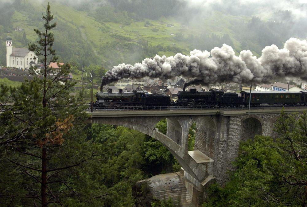 Una locomotiva a vapore, il 125° anniversario della ferrovia del Gottardo, Swizzera.