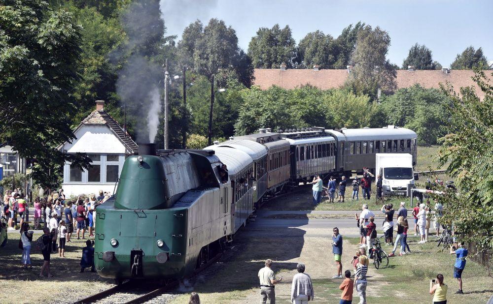 Una locomotiva a vapore arriva a Szolnok, Ungheria.