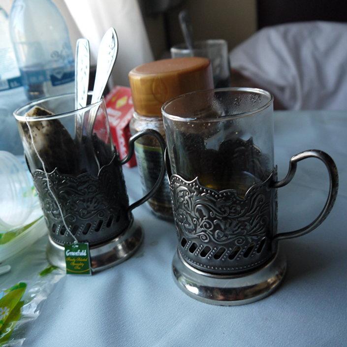 Bicchieri di tè nei portabicchieri metallici, oppure podstakannik, elemento tipico dei treni russi