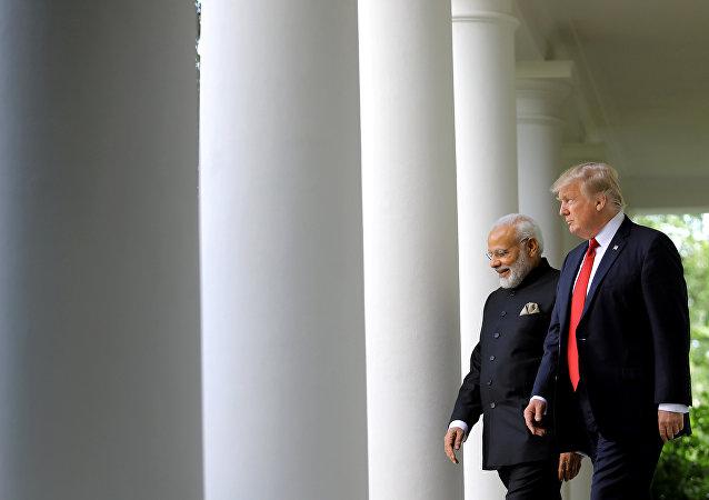 Il presidente USA Donald Trump arriva per la conferenza stampa congiunta con il premier indiano Narendra Modi, Casa Bianca, Washington