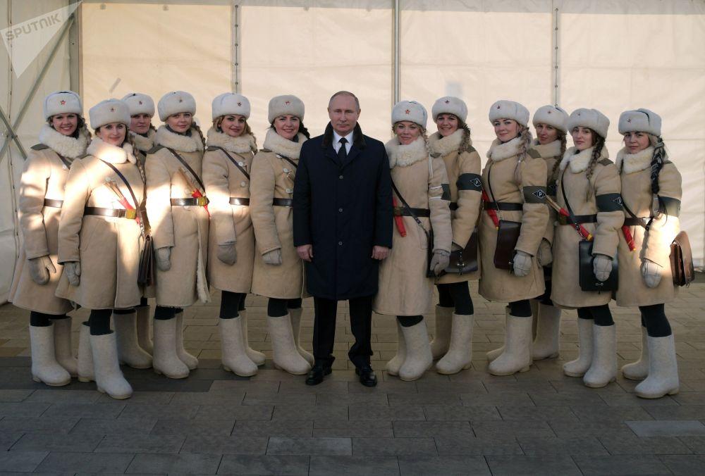Il presindente russo Vladimir Putin si fa fotografare con le partecipanti alle celebrazioni del 75-esimo anniversario della battaglia di Stalingrado.