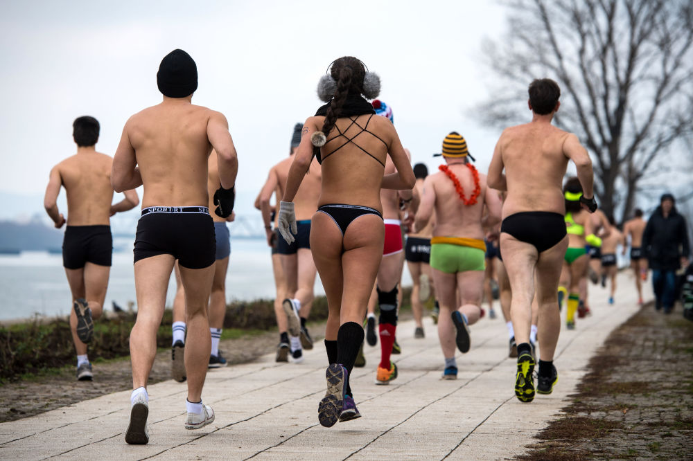 Partecipanti alla corsa in mutande in Serbia.