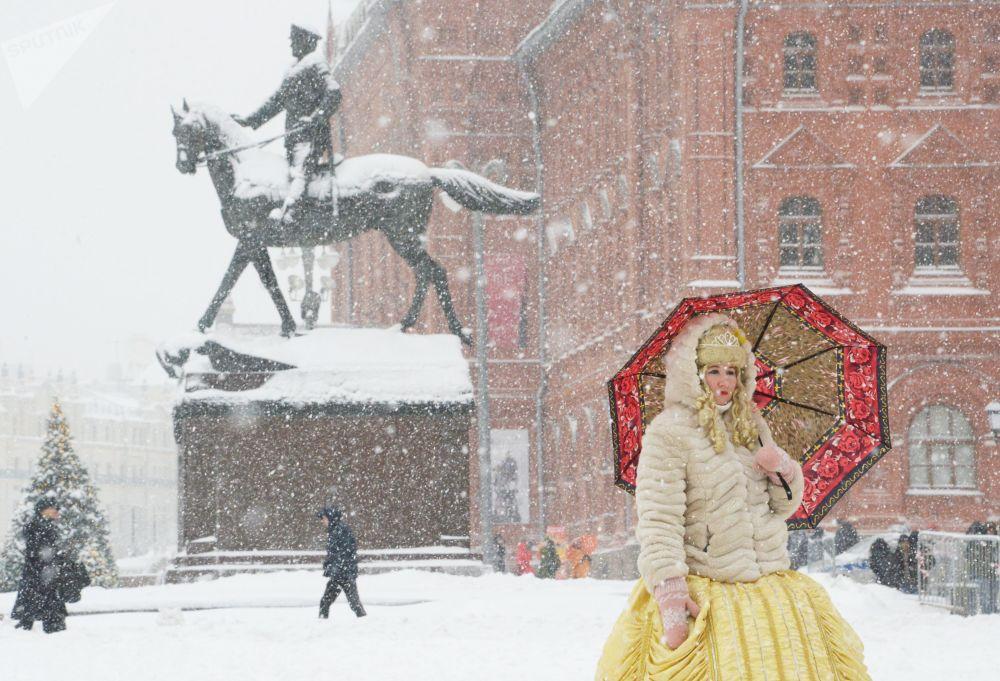 Una donna con l'ombrello durante una nevicata a Mosca.