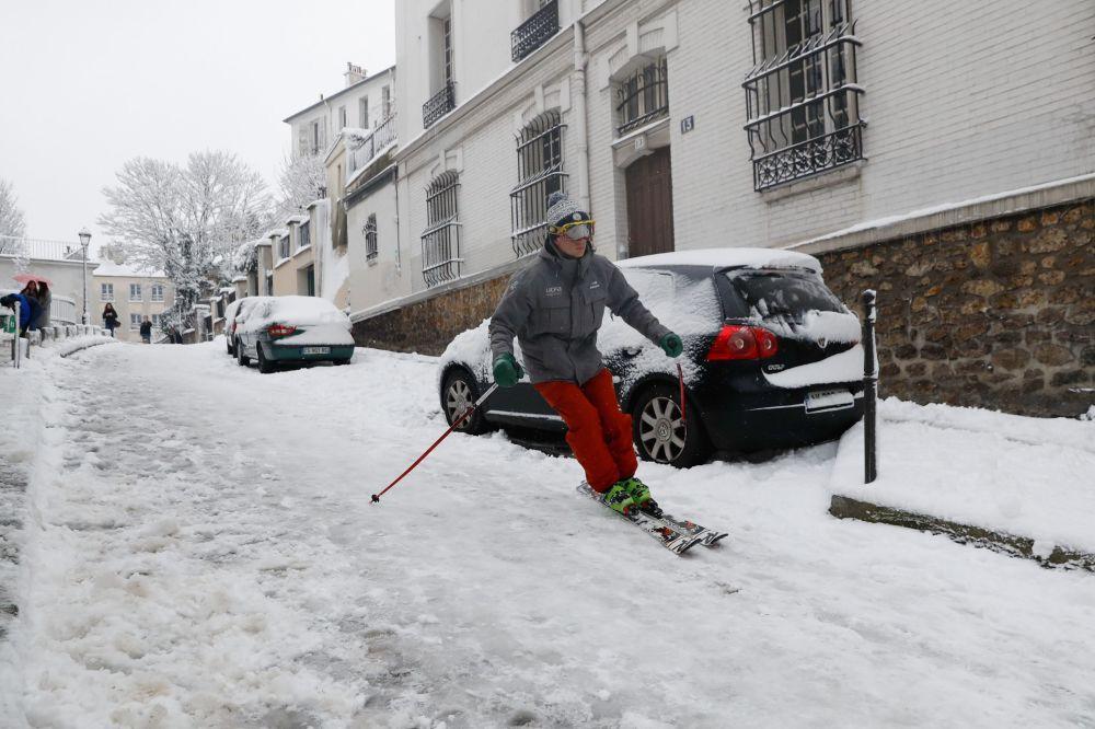 Un uomo scende sugli sci per Montmartre a Parigi.