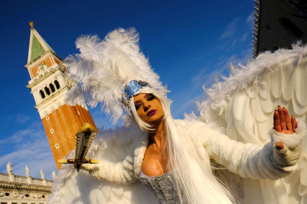 Una ragazza in maschera al Carnevale di Venezia.