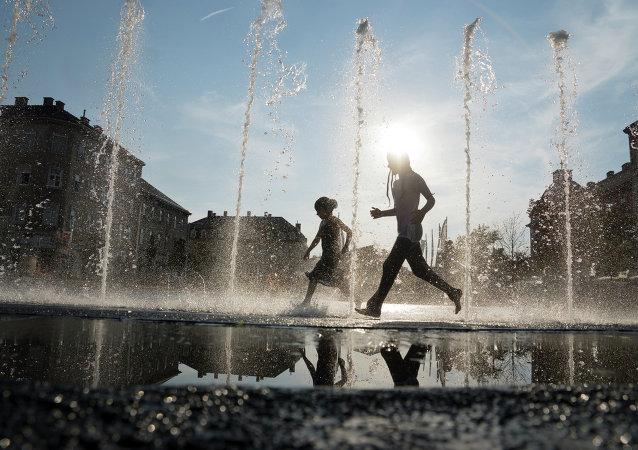 Bambini giocano in una fontana durante le ondate di calore Vienna del 2015