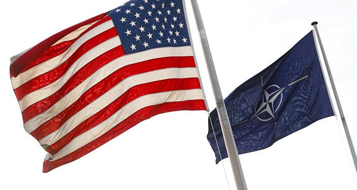 Bandiere di Stati Uniti e NATO