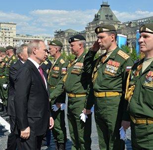 Putin passa in rassegna gli ufficiali dell'esercito durante la parata del 9 maggio