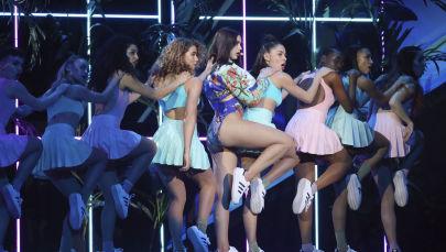 La cantante Dua Lipa si esibisce alla Brit Awards 2018 a Londra.
