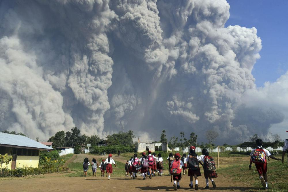 L'eruzione del vulcano Sinabung in Indonesia.
