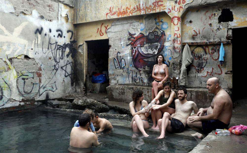 Gli israeliani visti nella vasca con l'acqua delle fonti caldi nei pressi delle alture del Golan vicino alla frontiera con la Giordania.