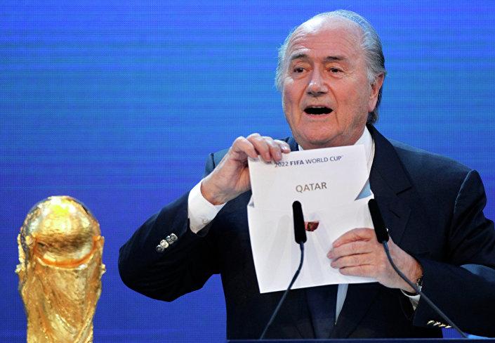 Blatter annuncia il Qatar come sede dei Mondiali 2018