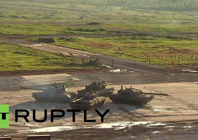 Lo show dei carri armati e degli elicotteri russi al salone Armija 2015