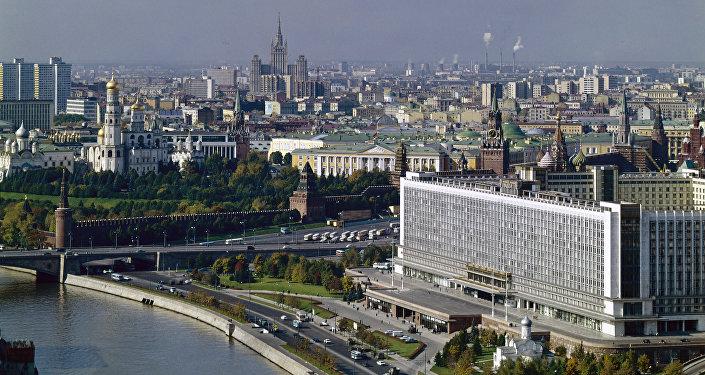 Una vecchia foto del centro di Mosca con l'albergo Rossiya in primo piano