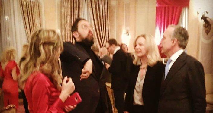 Uno scatto rubato della conversazione tra Carlo dal Bianco e l'ambasciatore Pasquale Terracciano