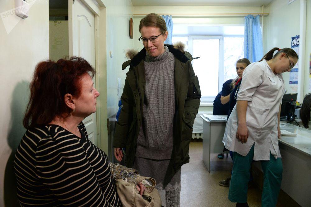 La conduttrice televisiva e la candidata alle presidenziali Ksenia Sobchak nell'ospedale centrale a Berdsk.