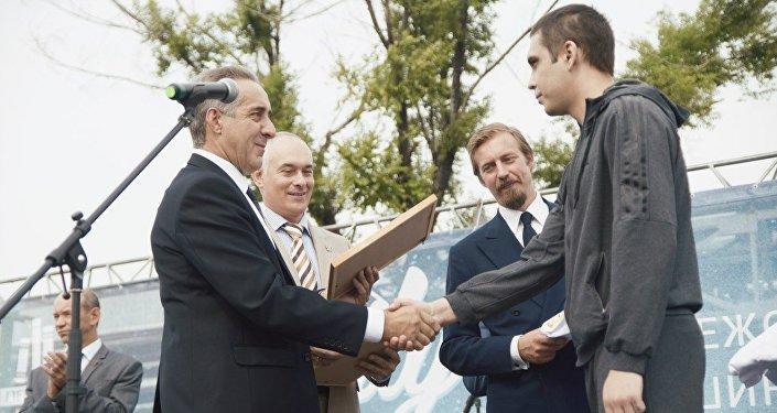 Aimone di Savoia assiste alla premiazione di un dipendente della Pirelli di Voronezh in occasione del Family Day organizzato dall'azienda