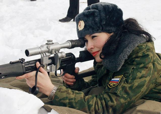 Una delle 16 finaliste del concorso di bellezza dove hanno partecipato tutte le divisioni delle Forze Armate della Russia.