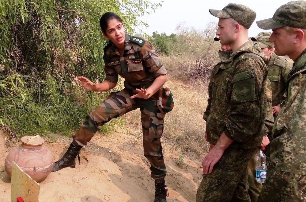 Un'agente donna dell'esercito indiano.