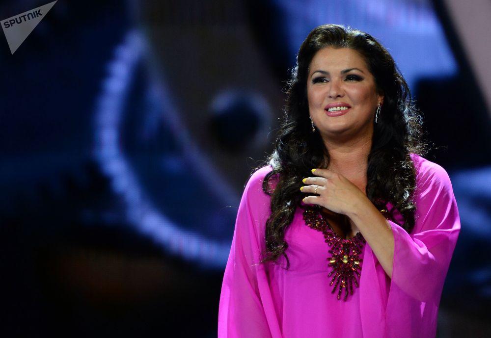La cantante lirica (soprano) Anna Netrebko si esibisce al concorso pop Novaya Volna 2016 a Sochi.