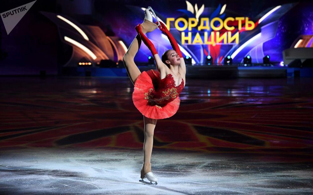 Alina Zagitova si esibisce allo show dei figuristi La festa degli olimpionici. Vincitori sono a Mosca.
