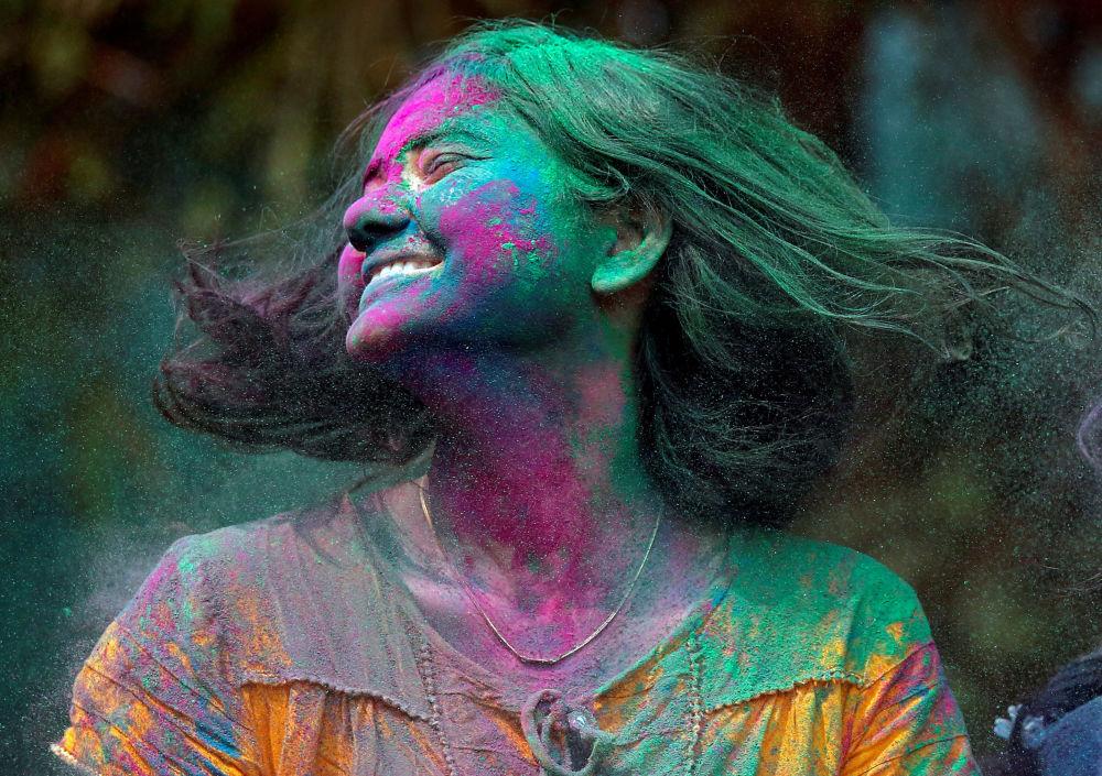 Una partecipante al festival Holi in India.