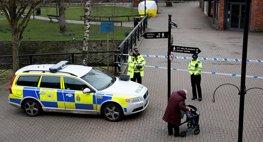 Polizia britannica sulla scena del delitto