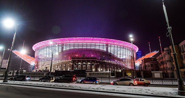 Lo stadio di Ekaterinburg illuminato di sera