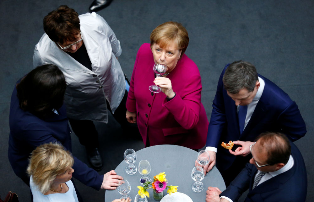 Angela Markel dopo aver firmato il contratto della Grosse Koalition a Berlino.