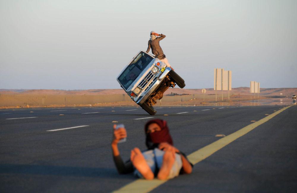 Gli uomini sauditi compiono acrobazie estremamente pericolose a Tabuk, Arabia Saudita.