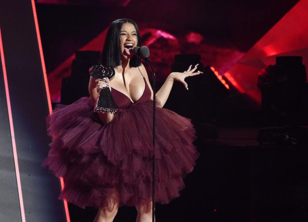 La cantante Cardi B riceve il premio Best New Artist durante gli iHeartRadio Music Awards, USA.