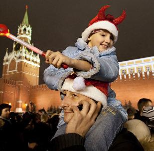 Un papà con la sua figlioletta sulle spalle durante un veglione di Capodanno sulla piazza Rossa