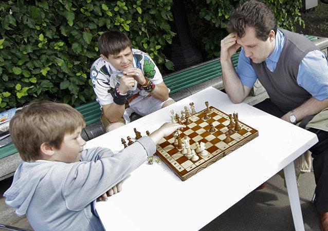 Chi vincerà? Una partita a scacchi tra un papà e suo figlio in un pomeriggio d'estate al parco Gorky di Mosca