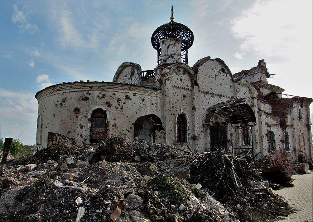 Una chiesa distrutta dai bombardamenti ucraini in Donbass