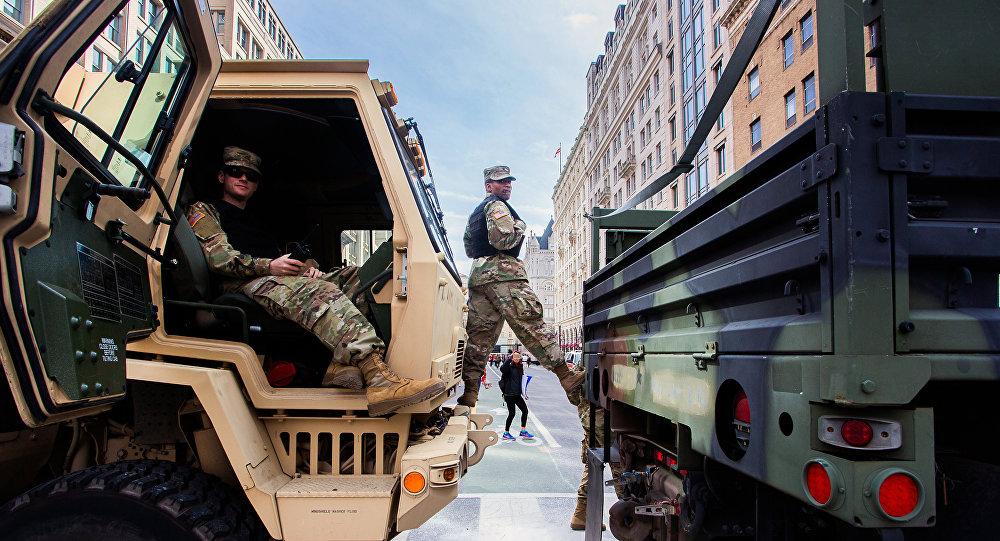 Soldati della Guardia Nazionale americana durante una manifestazione di protesta a Washington