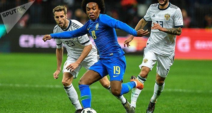 Russia-Brasile: i russi Kombarov (sx) e Kudryashov (dx) provano a contrastare l'attaccante brasiliano Willian