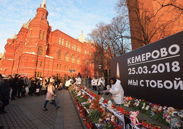 I moscoviti si riuniscono per commemorare le vittime dell'incendio nel centro commerciale a Kemerovo.