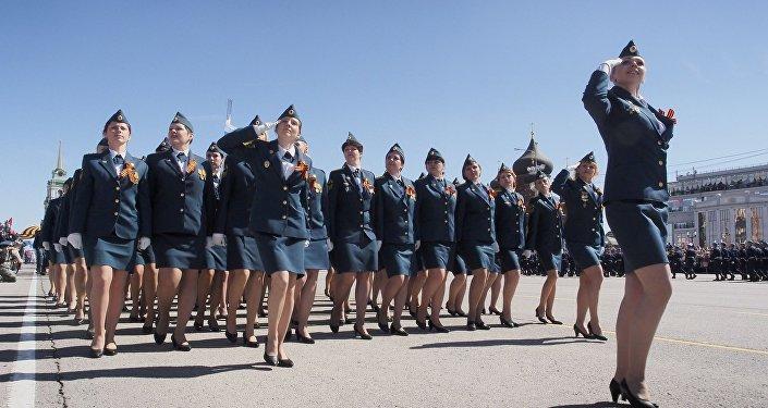 Donne soldato sfilano a Tula per la parata del 72° Giorno della Vittoria