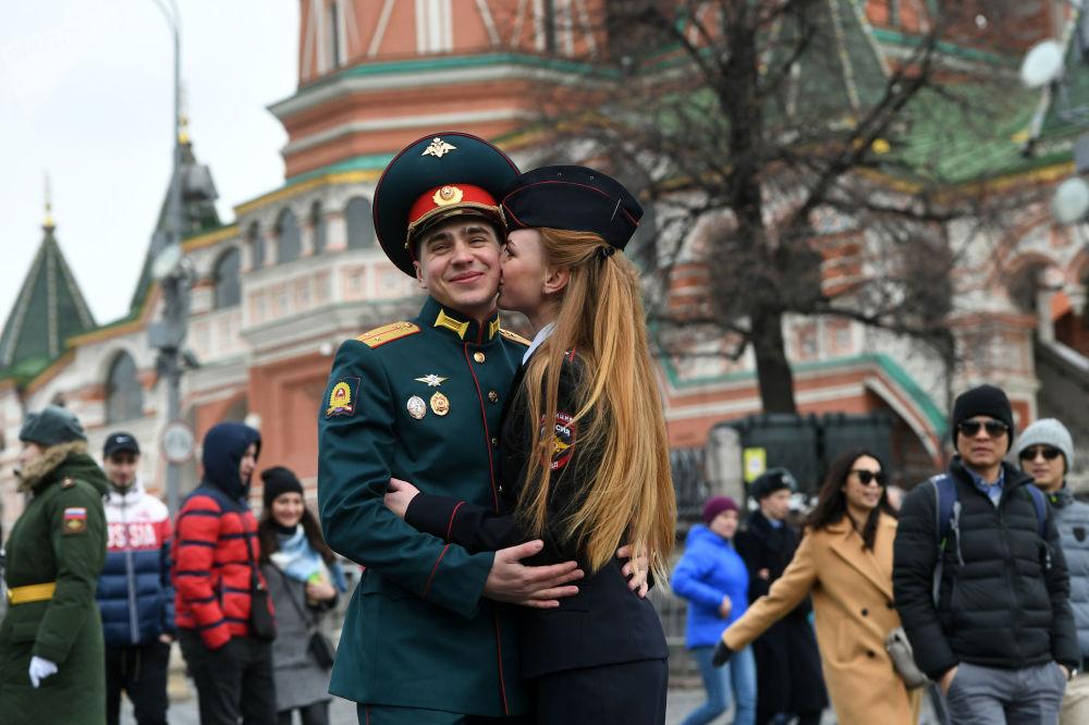 I laureati della Scuola superiore militare di commando di Mosca visti dopo la cerimonia di laurea degli ufficiali della Scuola in piazza Rossa.