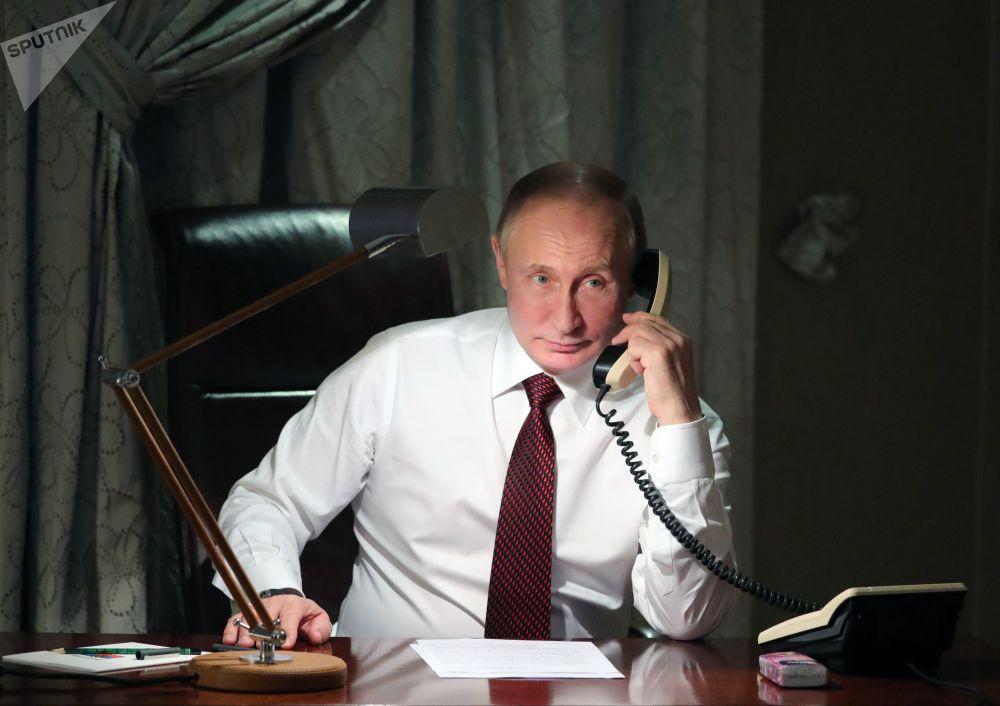 Il presidente russo Vladimir Putin visto durante la telefonata al patriarca di Costantinopoli Bartolomeo dalla sua residenza ad Ankara.